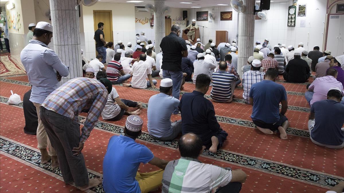 Oración del viernes en el Centre Islàmic Camí de la Pau, en Barcelona, un día después del atentado.