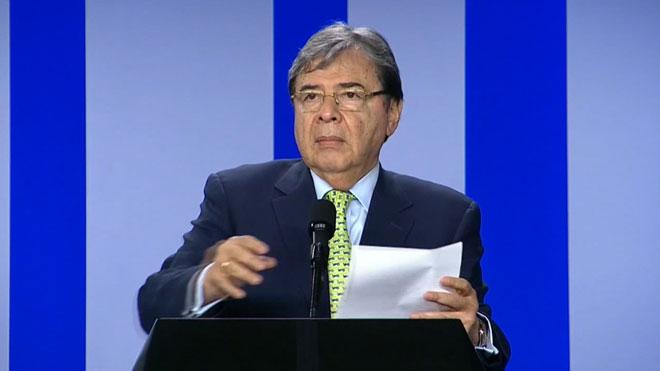 Colombia dice no tener información sobre la anotación de tropas en la libreta de John Bolton. En el vídeo, declaraciones del canciller colombiano, Carlos Holmes Trujillo.