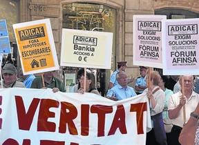 Concentración de afectados por las cláusulas suelo y las preferentes ante la sede de la Oficina de la Comisión Europea en Barcelona, en el 2013.