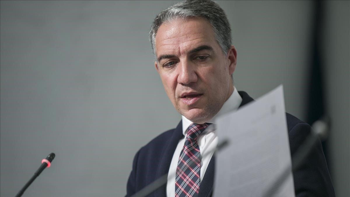 El consejero de Presidencia de la Junta de Andalucía, Elías Bendodo, muestra el informe, en la rueda de prensa posterior al Consejo de Gobierno de la Junta de Andalucía, este martes, en Sevilla.