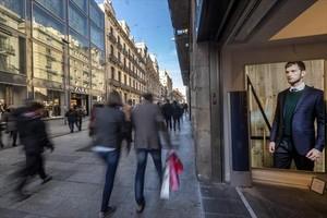 Consumidores de compras en festivo en el Portal de lÀngel de Barcelona el pasado mes de diciembre.