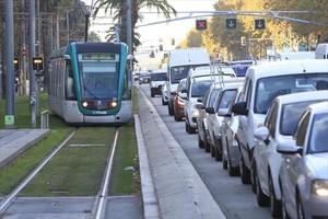 Un convoy de una de las tres líneas del Trambaix llega a la estación término, en la plaza de Francesc Macià.