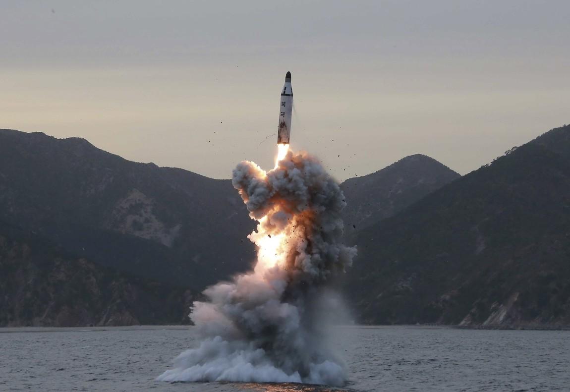 Fotografía de archivo sin fecha, cedida el 24 de abril de 2016, por la Agencia de Noticias Central de Corea del Norte (KCNA), de la prueba de lanzamiento de un misil balístico submarino en Corea del Norte.
