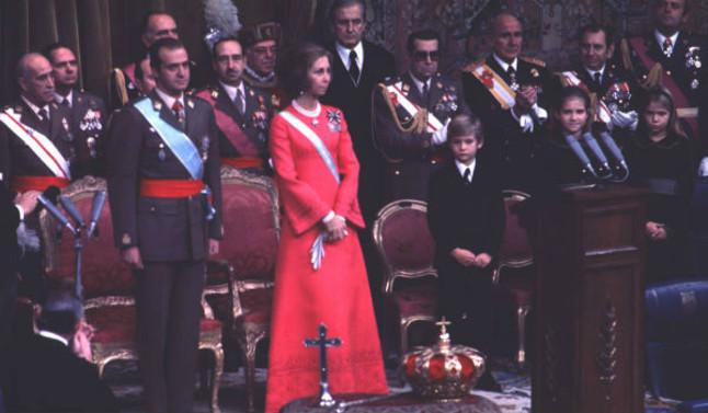 La coronación en el Congreso del rey Juan Carlos, junto a Sofía, el príncipe Felipe y las infantas Elena y Cristina, el 22 de noviembre de 1975.
