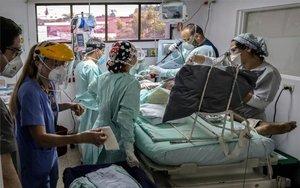 Personal médico atienden a un paciente con COVID-19 en Colombia.