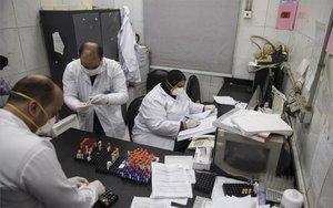 Personal médico en Egipto realizan pruebas de coronavirus.