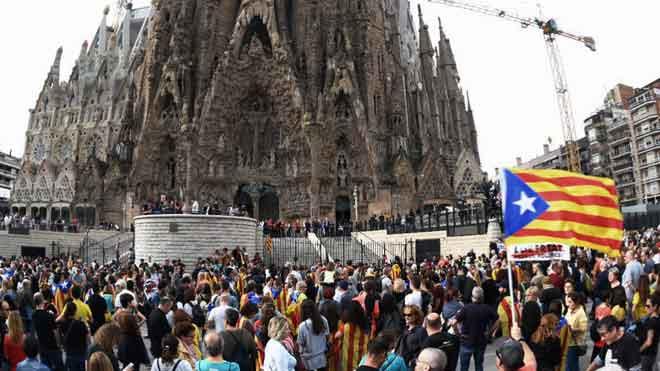 Manifestants independentistes bloquegen els accessos a la Sagrada Família