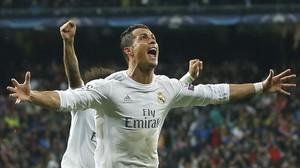 Cristiano Ronaldo celebra su tercer gol al Wolfsburgo en el Bernabéu.
