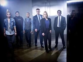 Imagen promocional de los protagonistas de CSI: Cyber, con Patricia Arquette en el centro.