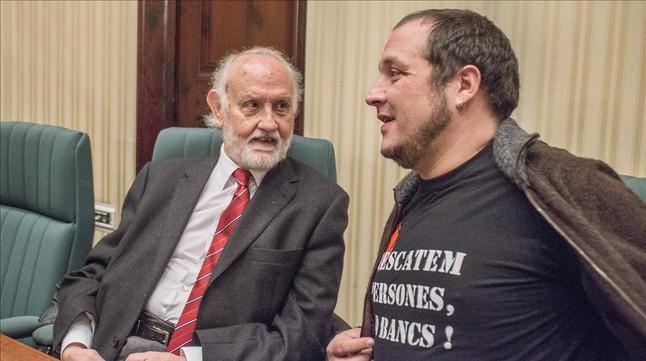 David Fernàndez, amb una samarreta amb el lema Rescatem persones, no bancs, en la comissió Pujol, el 22 de desembre del 2014, acompanyat de lexfiscal superior de Catalunya José María Mena.