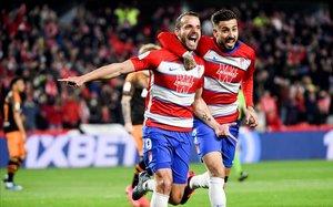 El delantero del Granada Soldado celebra junto a su compañero Vadillo el primer gol granadino.