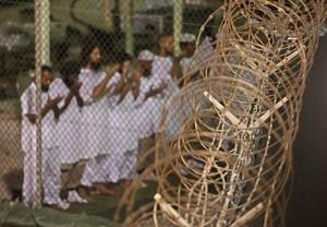 Detenidos deGuantánamo rezan en direcció a La Meca.