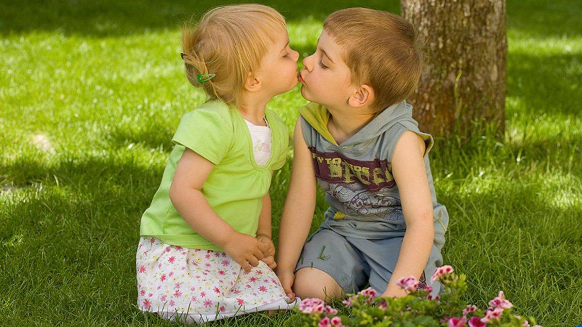 Dos niños juegan en un jardín.