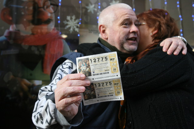 Dos agraciados con el segundo premio de la Lotería de Navidad, el 12.775, se abrazan mientras enseñan los décimos premiados, hoy en Roda de Berà (Tarragona).
