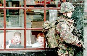 Dos chicos contemplan a dos soldados en la ciudad de Coalisland a 50 kilómetos de Belfast en los años 90.