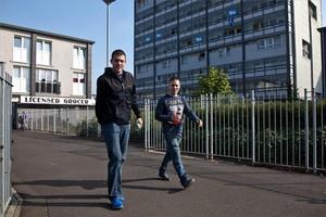 Dos jóvenes, en el barrio popular de Gorbals, en Glasgow