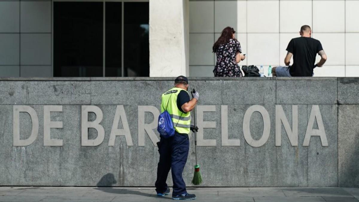 Un efectivo del equipo municipal de limpieza en la zona de Ciutat Vella.