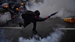 Enfrentamientos entre manifestantes y policías en Hong Kong, este domingo.