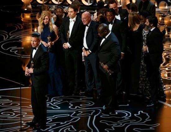 El equipo de 12 años de esclavitud recoge el Oscar a mejor película.