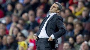 Ernesto Valverde gesticula en la bandadurante elpartido de liga entre el Barca y el Celta