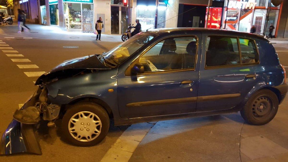 Estado en el que ha quedado el vehículo del conductor detenido tras saltarse dos semáforos en rojos.