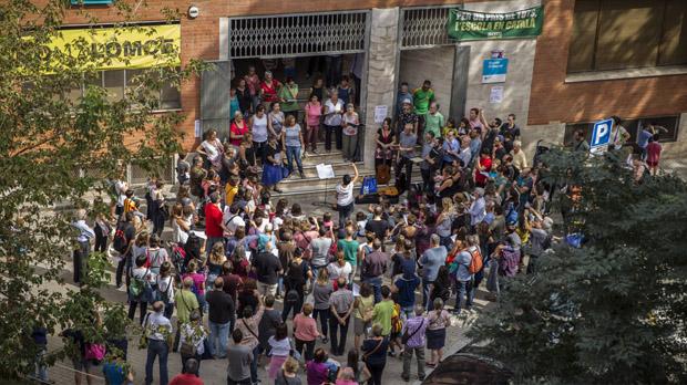 Assemblea a les portes d'un col·legi electoral a Gràcia.