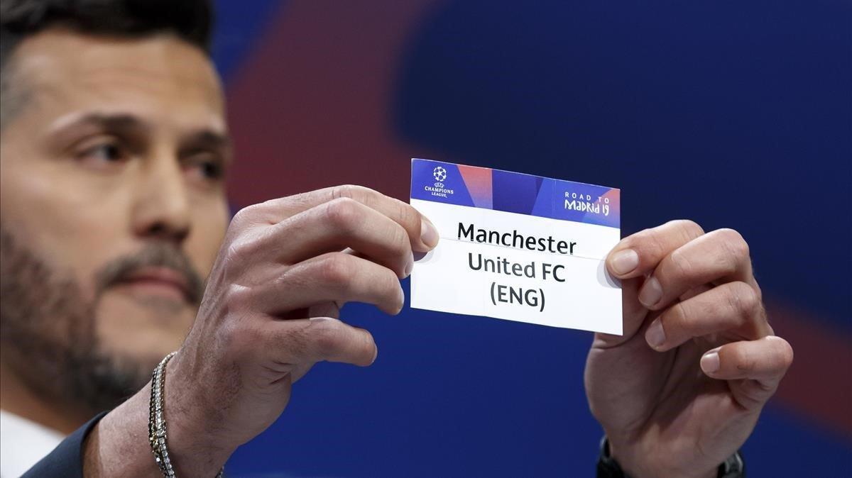 El exportero brasileño Julio Cesar muestra la papeleta del Manchester United, rival del Barça en cuartos de Champions.