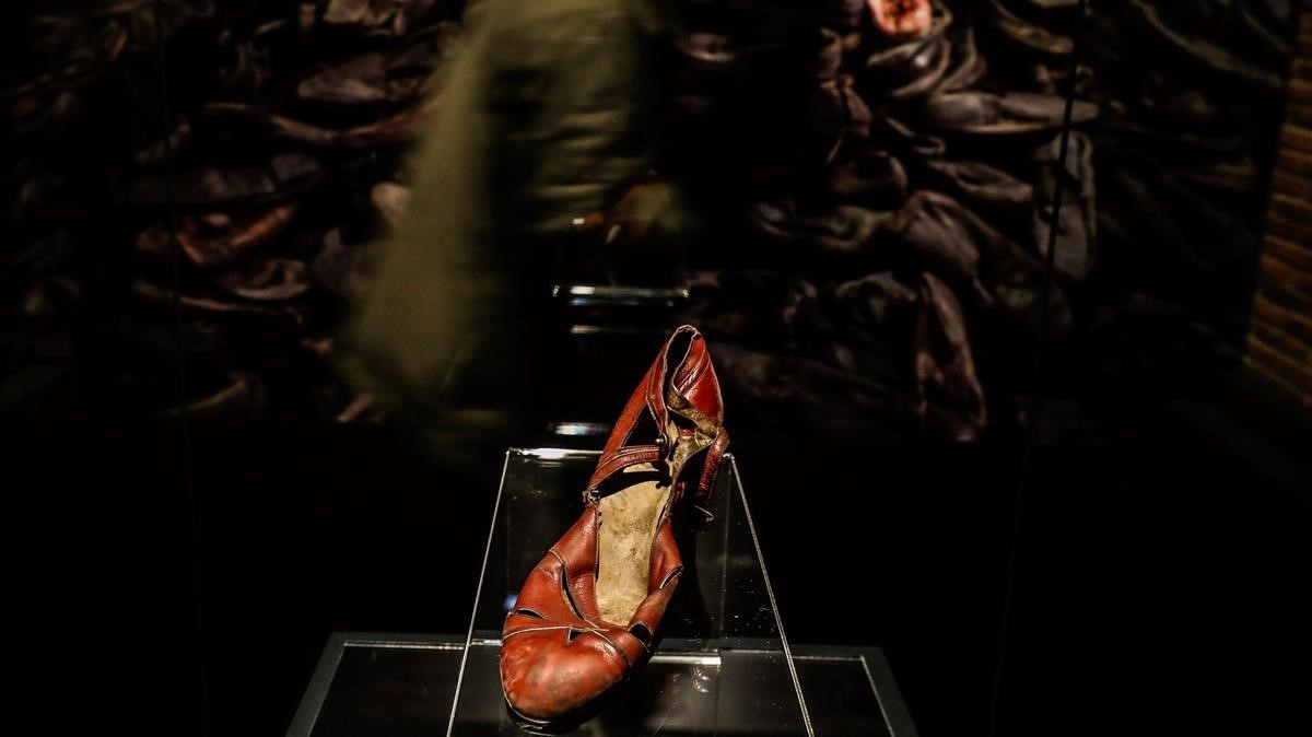 Detalle de un zapato de mujer, en la exposición sobre Auschwitz, en Madrid.
