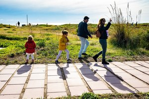 Familia en Gavà participando en la segunda edición del 'Acció Platges Met'.