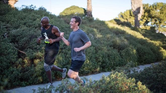 Zuckerberg se deja ver corriendo en Barcelona ante la Sagrada Familia y el Castillo de Montjuïc