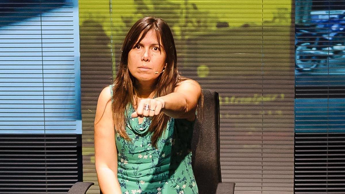 Escena de 'Claudia', el montaje del TNC centrado en el testimonio directo de una hija de desaparecidos en Argentina.