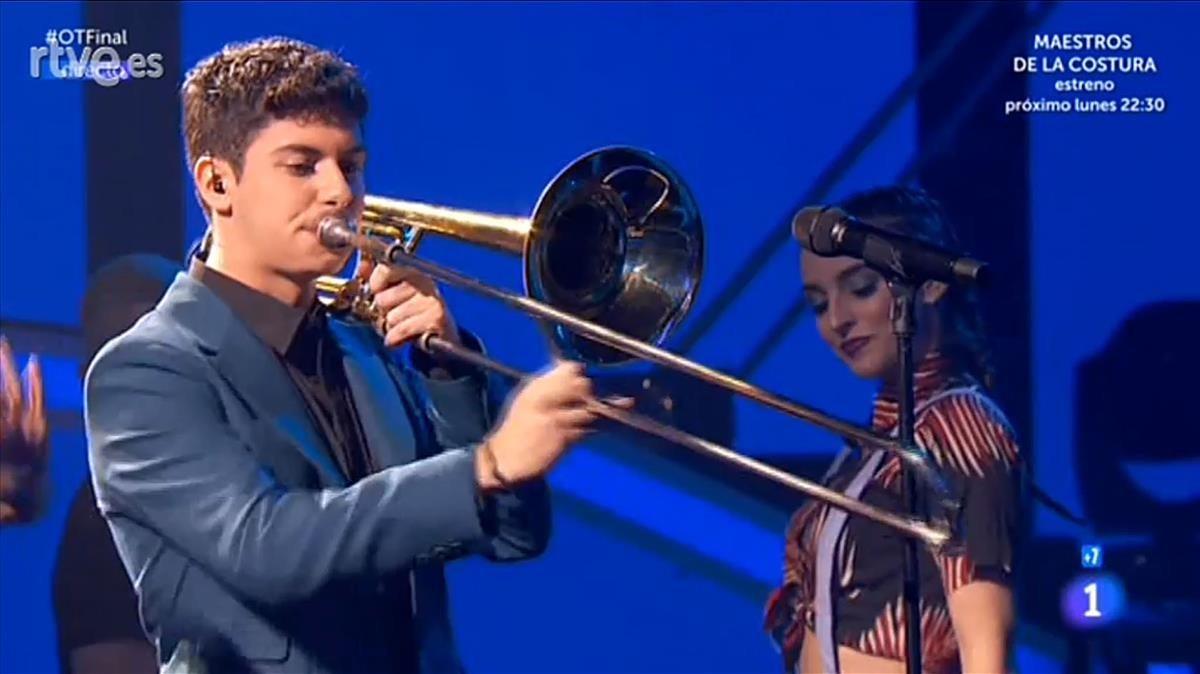 Alfred toca el trombón en la final de OT.
