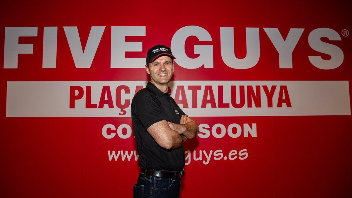 El director general de Five Guys en España yPortugal,Daniel Agromayor, frente a la nueva hamburgueseríade la cadena enPlaza Catalunya.