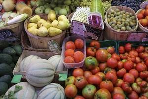 Frutas y verduras a la venta en un mercado.