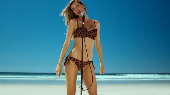 Gisele Bündchen canta 'Heart of Glass', en el videoclip de Bob Sinclair.