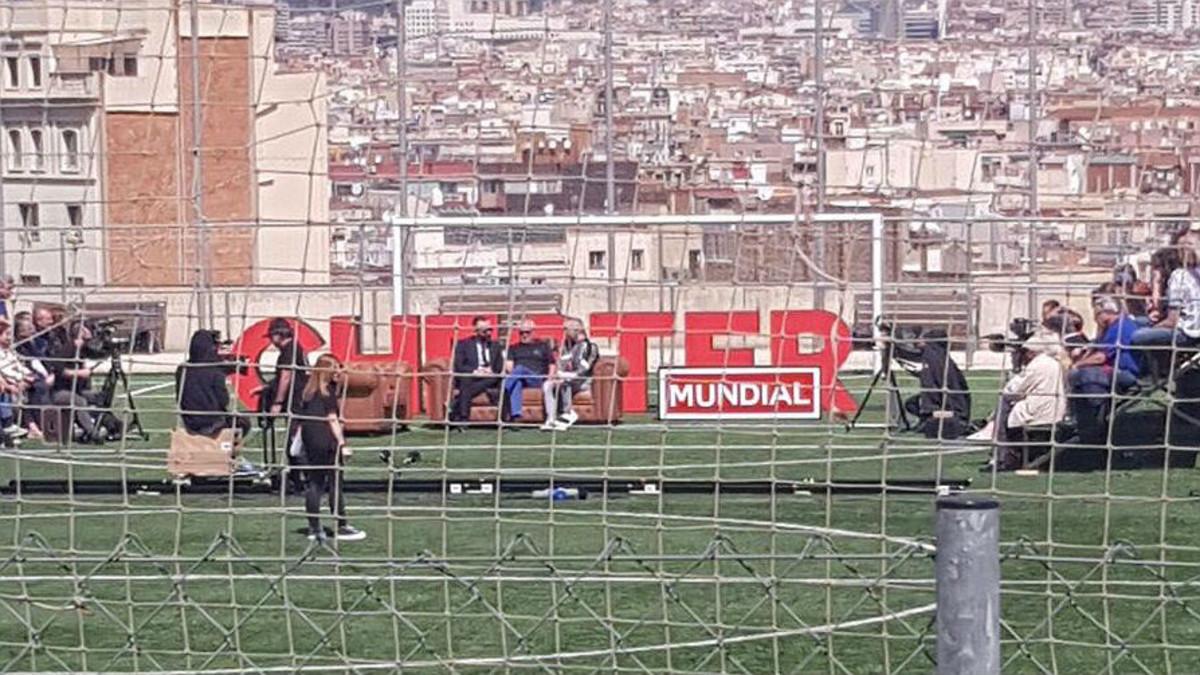 Grabación en el campo de fútbol del Satalia, en Barcelona, del programa de Risto Mejide. A la derecha, la grada llena de gente pocos minutos antes de la caída.