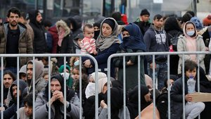 Un grupo de refugiados aguarda en el puerto de Mitilene, en la isla de Lesbos, el pasado 4 de marzo.