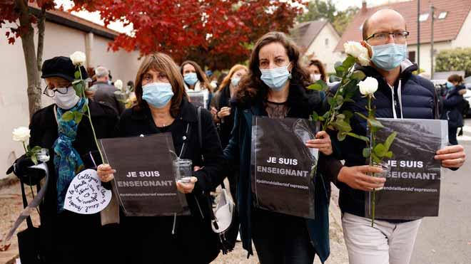 Homenaje al profesor que fue decapitado por un terrorista en un instituto cerca de París.