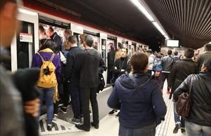 Usuarios del Metro suben a vagones abarrotadosen la estación de Verdaguer.