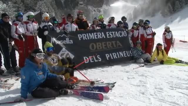 Imágenes de la primera jornada de esquí enMasella, este viernes.
