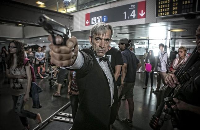 Imanol Arias, el martes, durante el rodaje de 'Anacleto, Agente secreto', en Barcelona.