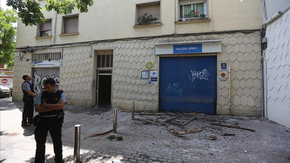 La calle de la Jota, 81, en Barcelona, donde se ha registrado un incendio.