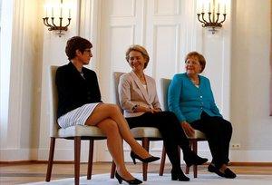 De izquierda a derecha, la cancillera Merkel, la presidenta de la CE, Von der Leyen, y la ministra de Defensa, Kramp-Karrenbauer, en Berlín.