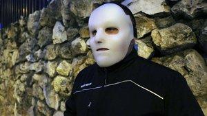 Flako, en Madrid, este mes, con la máscara que lleva en los actos públicos para que su pasado no interfiera en su nueva vida.