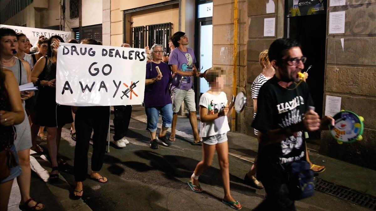Vecinos de la calle Sant Gil se desplazan hasta la calle de En Roig para protestar contra los narcopisos a golpe de cacerola.