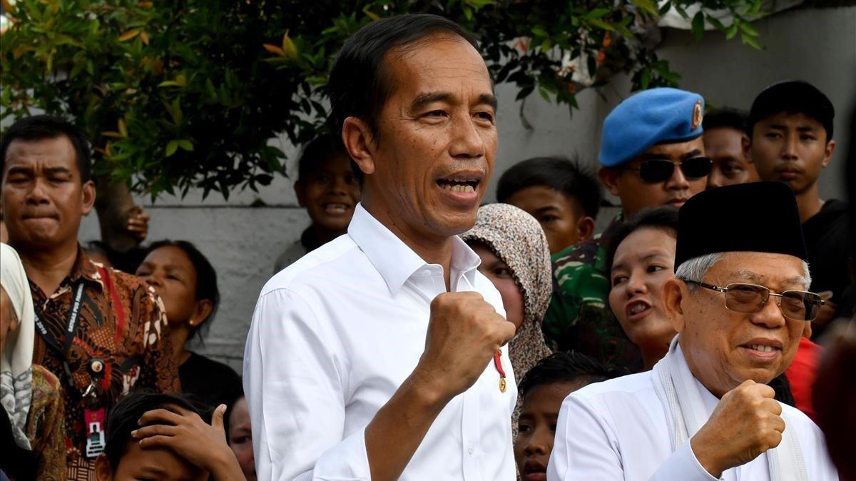 Joko Widodo celebra su victoria en las elecciones durante una visita a un barrio de Yakarta, este martes.