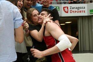 El joven base zaragozano Carlos Alocén, de 18 años, recibe la felicitación tras superaral Baskonia