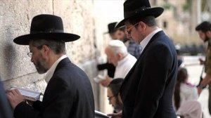 Judíos ultraortodoxos rezan ante el muro de las lamentaciones.