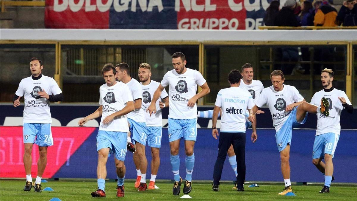 Jugadores del Lazio calientan con una camiseta que reza No al antisemitismo.