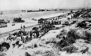 Las fuerzas aliadas durante el desembarco en una playa de Normandía, el 6 de junio de 1944.